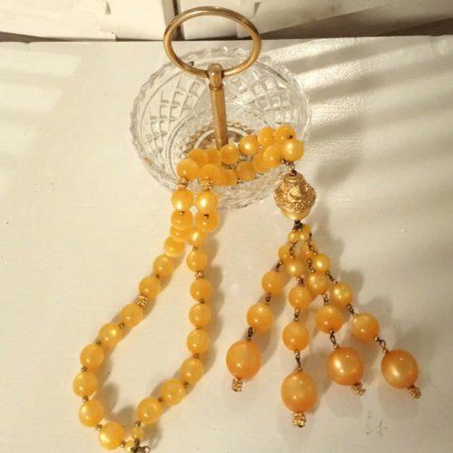 Perlekæde med gyldne perler