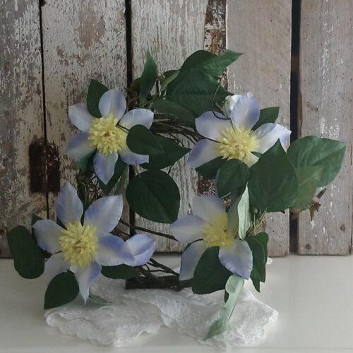 Blomsterkrans pastelblå Clematis