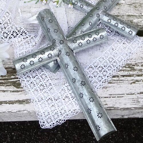 Krucifix i zink med fint mønster