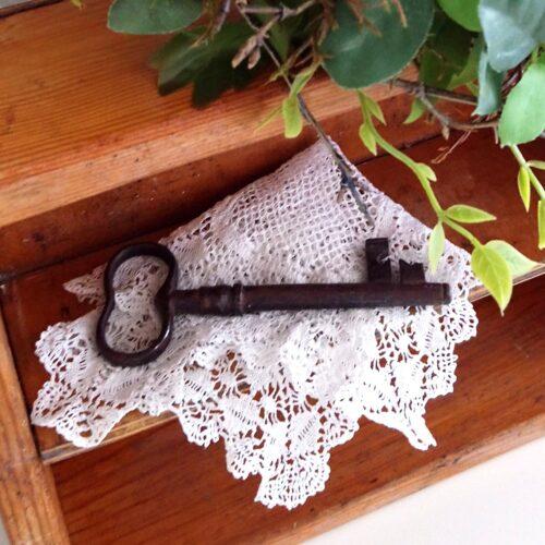 Stor antik nøgle med patina