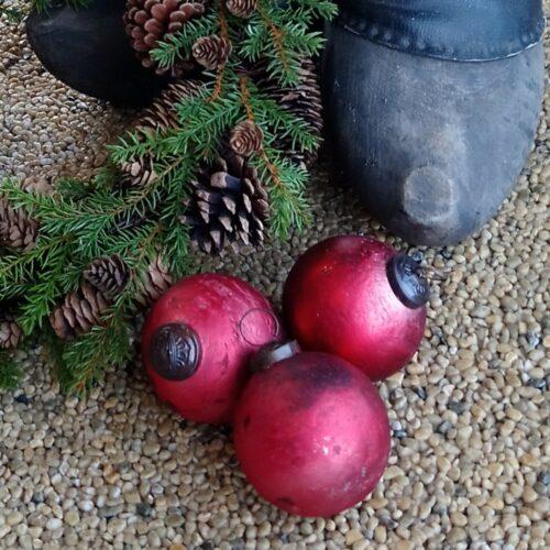Rustikke røde julekugler