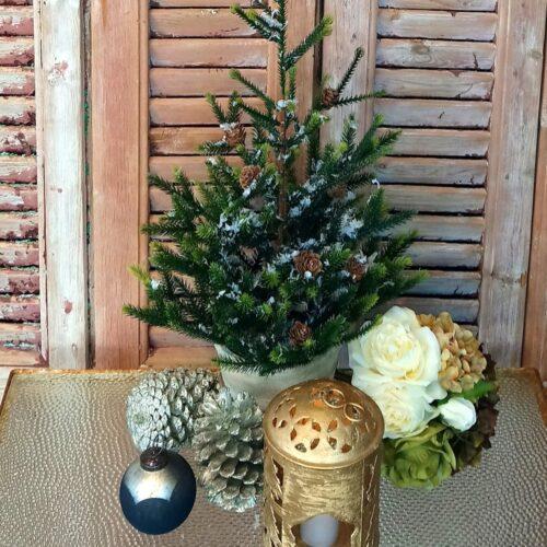 Skønt juletræ med kogler