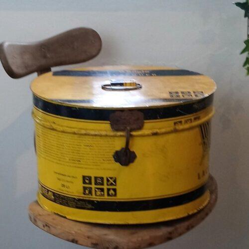 Stor gul metaldåse