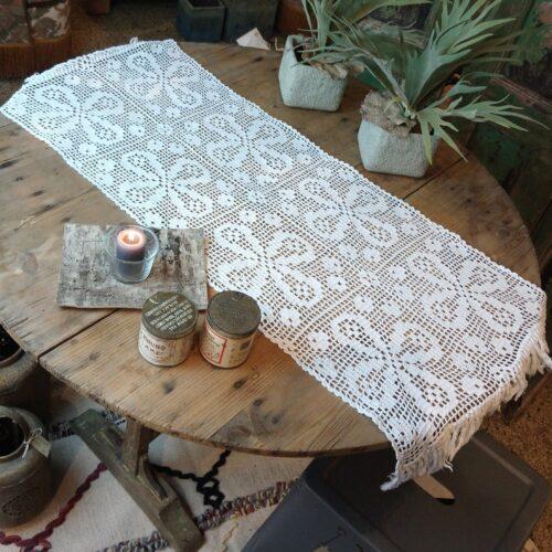 Skøn hvid hæklet bordløber