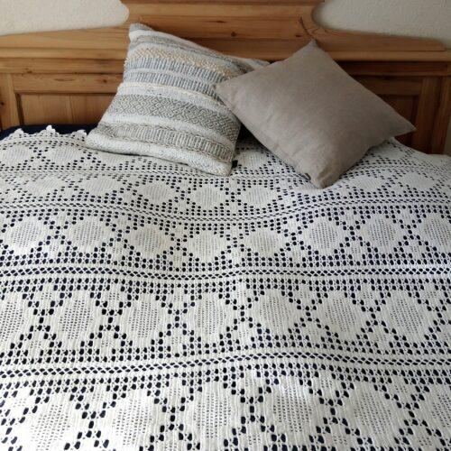 Hvidt hæklet sengetæppe