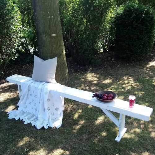 Lang hvid bænk i træ