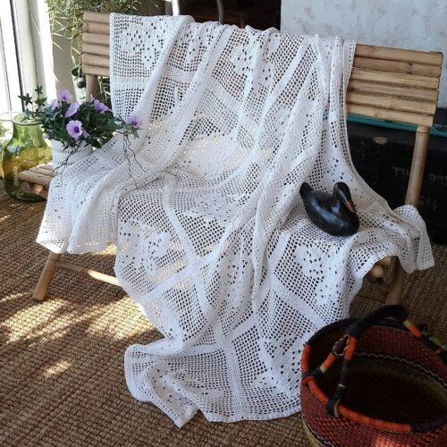Hvidt hæklet bomuldstæppe
