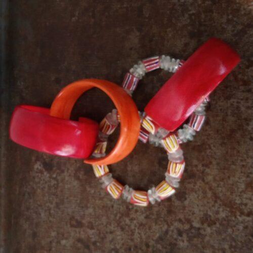 Rødt gedeskinds armbånd
