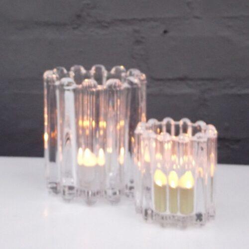 Fine fyrfadstager i klart rillet glas
