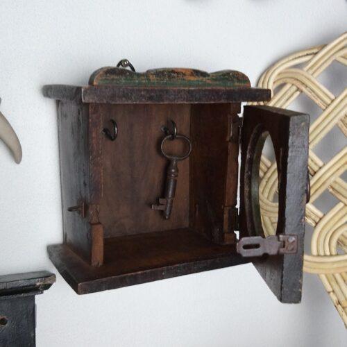 Lille nøgleskab lavet af gammel urkasse