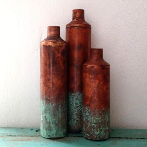 Rustikke høje kobberflasker