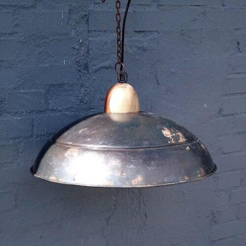 Rustik loftlampe i jern med træ