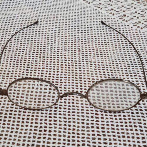 Antikke briller med stålstel