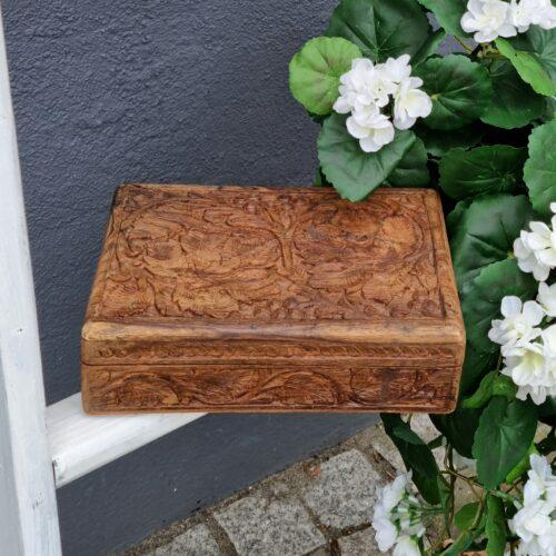 Cigarkasse i udskåret træ