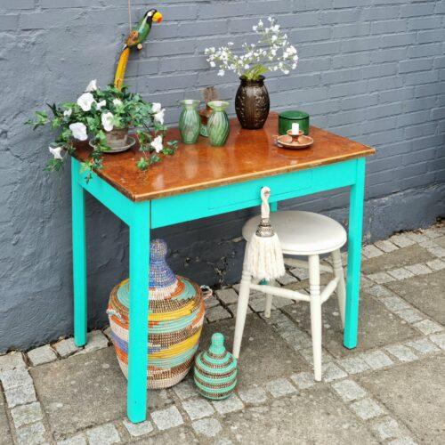 Grønt bord med skuffe