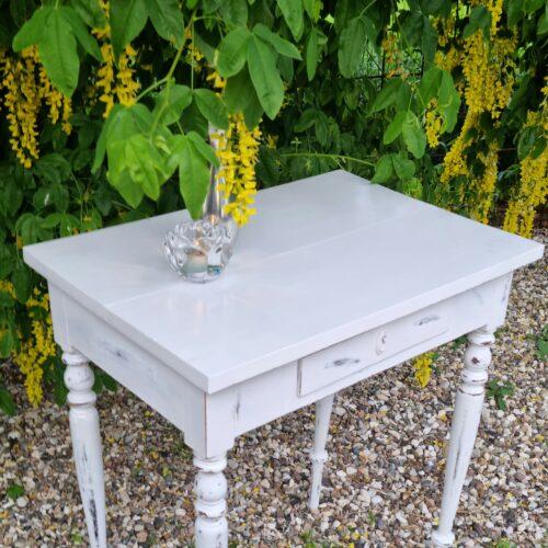 Hvidmalet bord med skuffe