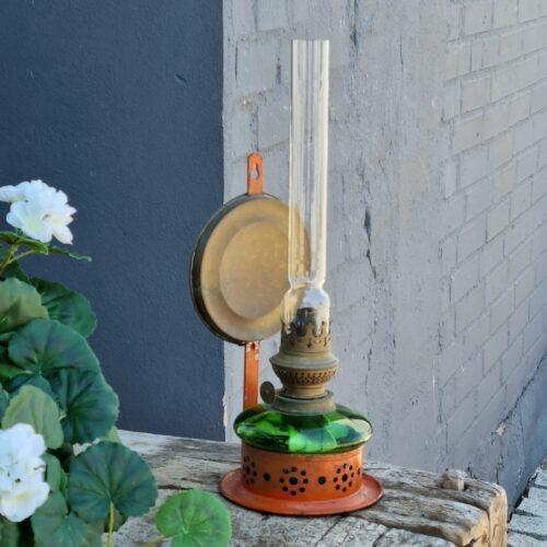 Petroliuslampe i orange holder