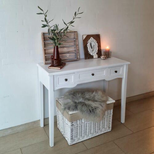 Flot hvidt skrivebord med skuffer