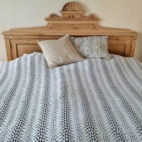 Hvidt strikket sengetæppe